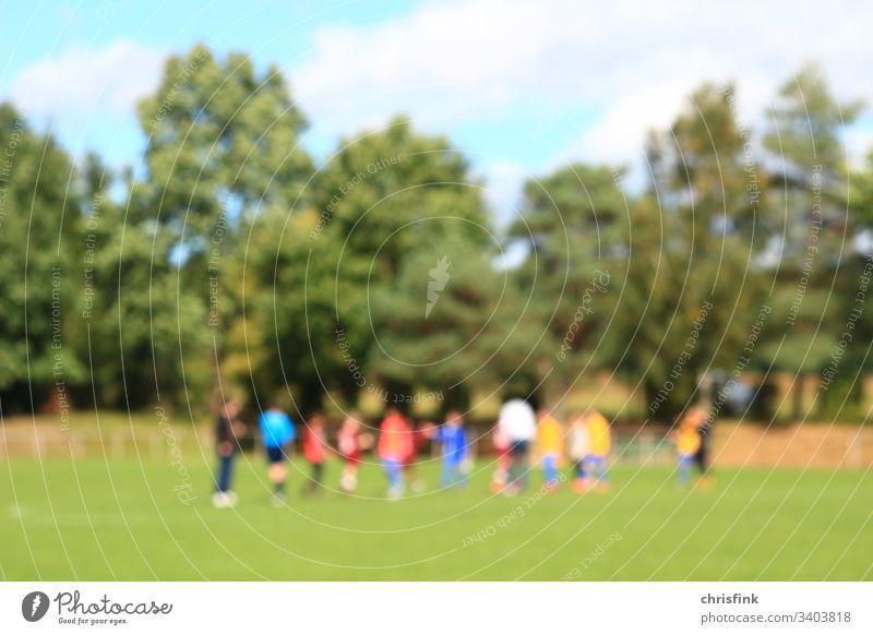 Fußballteams auf Rasenplatz in Spielpause fußball rase sport unschärfe gewinnen verlieren trainer coach jugend kinder jungen spielen turnier erfolg sonne sommer