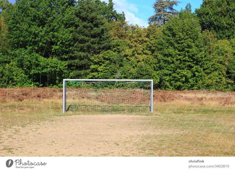 Fußballtor auf Spielplatz spielplatz Sport Spielen Netz Sportstätten Weltmeisterschaft Sportveranstaltung trocken kahl