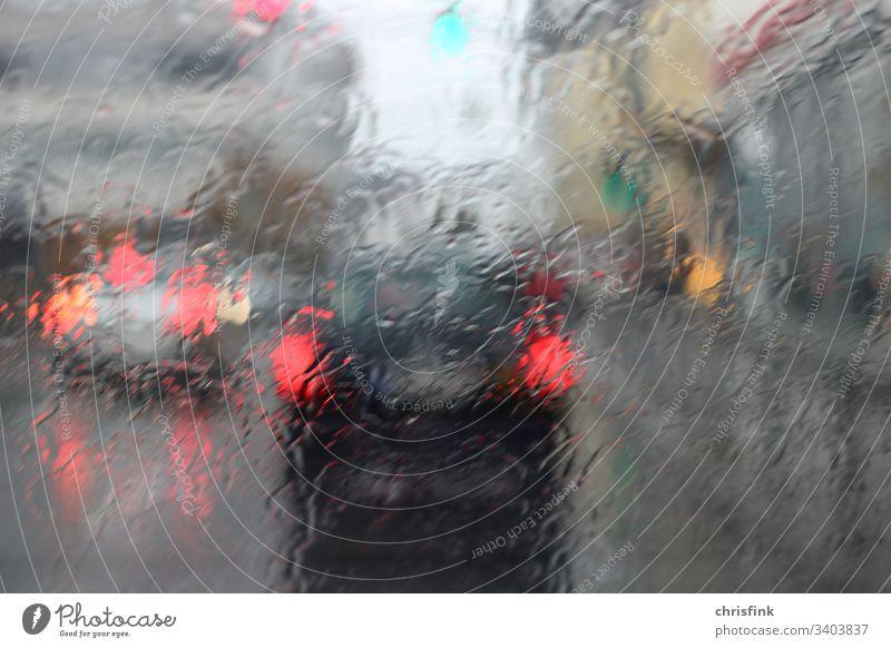 Autorücklichter vor regennasser Frontscheibe auto nass gefahr verkehr Wassertropfen Wetter Außenaufnahme schlechtes Wetter Verkehr bremsen fahrschule stau
