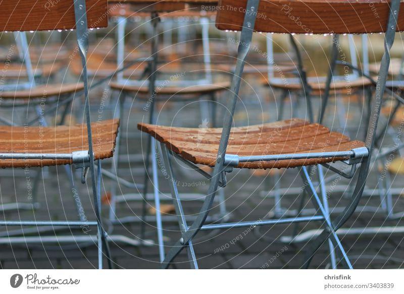 Klappstühle im Restaurant im Regen stuhl klappstuhl restaurant regen kneipe gaststätte sitzen essen trinken pause regentropfen nass feucht frühling herbst