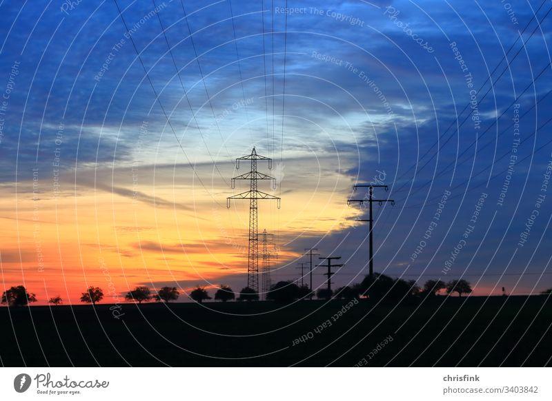 Stromleitung in Abendsonne mast Hochspannung Hochspannung Energie Elektrizität Technik & Technologie Kabel Energiewirtschaft Himmel Farbfoto Strommast