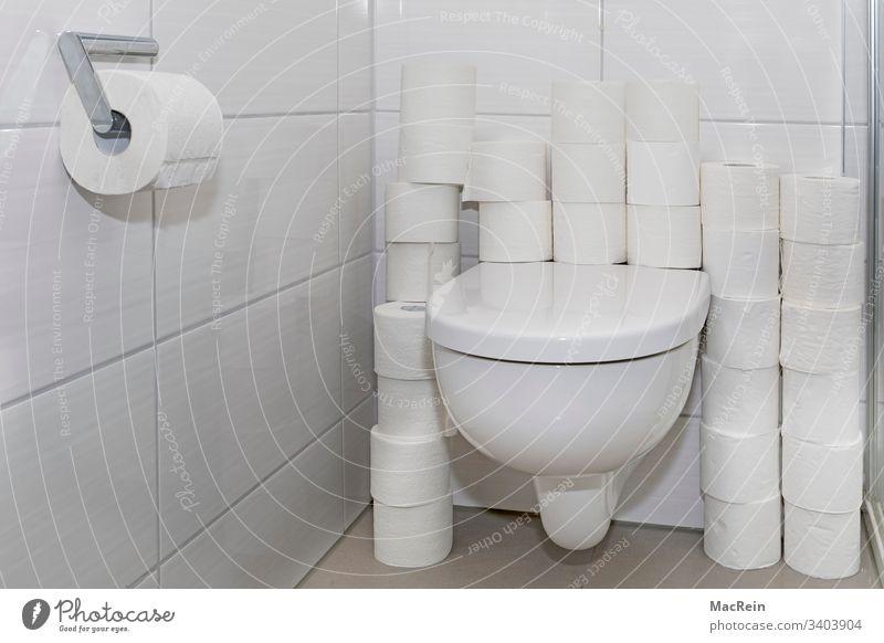 Vorratsspeicherung toilettenpapier toilettenrollen klopapier weiss wc 00 null null gestapelt übereinander vorratsspeicherung corona virus panik hysterie caos