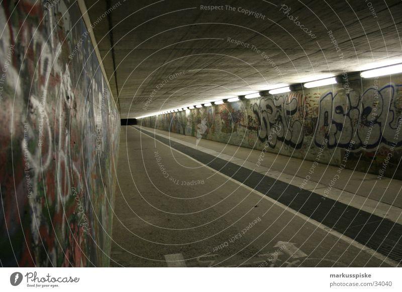 unendliche unterführung Fußgänger Beton dunkel Licht unheimlich Schwarze Löcher Gitter Kunst Tagger Brücke Unterführung Graffiti