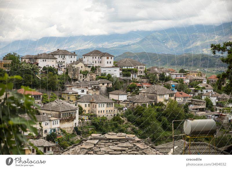 Blick auf die Altstadt von Gjirokaster, Albanien historisch Häuserzeile Stadt albanien Balkan Berge u. Gebirge UNESCO-Welterbe Wolken dächer Wassertank