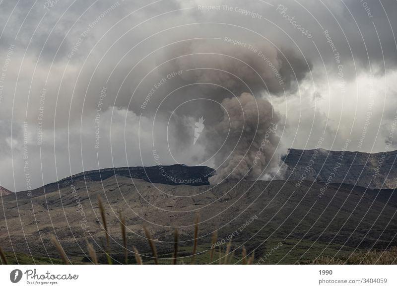 Aktiver japanischer Vulkan Japan Reisefotografie Berge u. Gebirge Menschenleer Rauchwolke aktiver Vulkan Asien Landschaft Tag