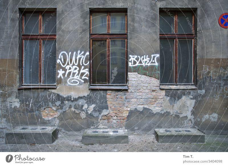 Drei Fenster zum Hof Architektur Haus Fassade Menschenleer Außenaufnahme Mauer Farbfoto Stadt Altstadt Hauptstadt Stadtzentrum Gebäude Häusliches Leben