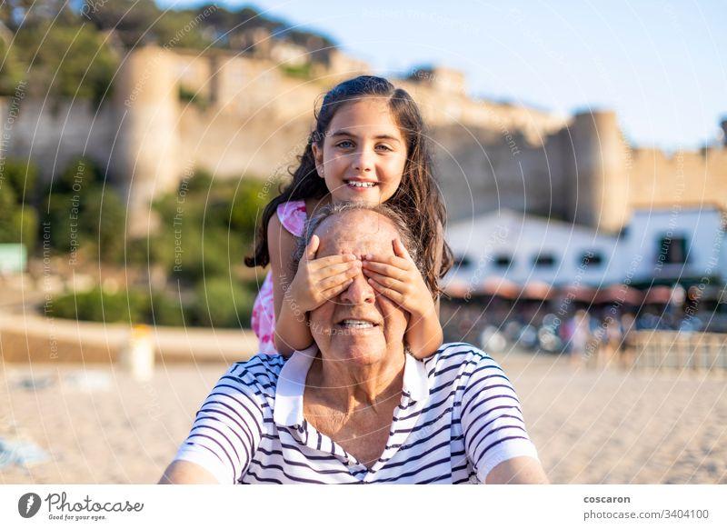 Kleines Mädchen, das seinem Großvater die Augen verdeckt aktiv Zuneigung Junge heiter Kind Kindheit Deckung deckend älter Gefühle Familie Spaß Generation Opa