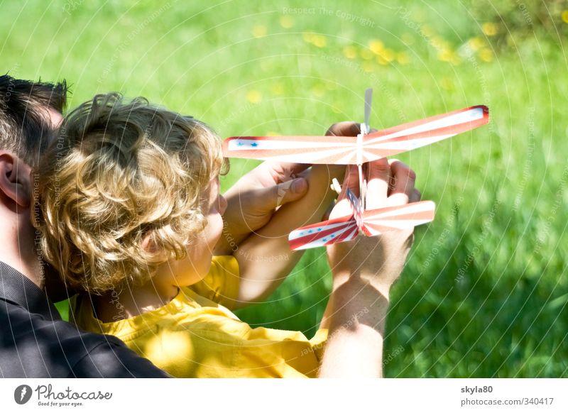 Starthilfe Mann Kind Vater Junge Momentaufnahme Haare & Frisuren blond Locken träumen Sonne Spielen Flugzeug Segelflugzeug Sonnenlicht Zufriedenheit