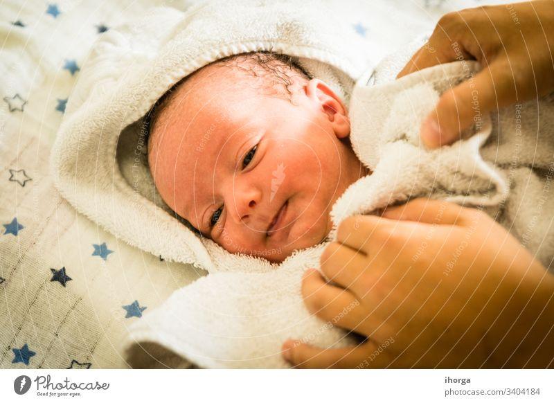 Neugeborenes zum Zeitpunkt seines Bades bezaubernd Baby schön Decke blau Born Junge Pflege Kaukasier heiter Kind Kindheit Sauberkeit Nahaufnahme bequem niedlich