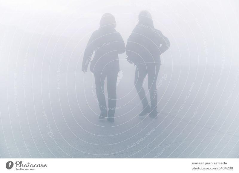 Touristen, die auf der Straße in der Stadt Bilbao spazieren gehen, Spanien Menschen Person menschlich Fußgänger Tourismus Menge Großstadt urban laufen Nebel