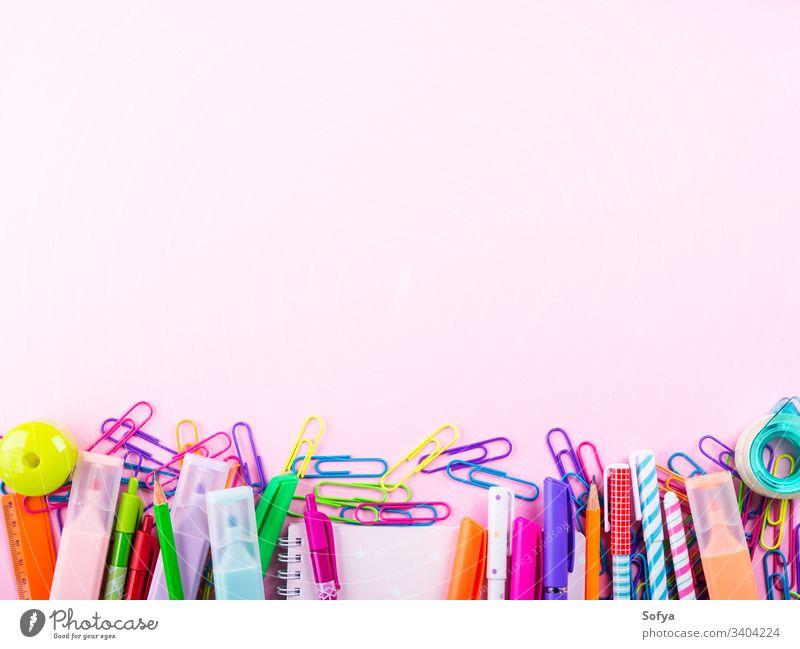 Bunter Schreibwaren-Bürobedarf-Rahmen auf rosa Schreibwarenhandlung Clip Kreativität Arbeitsbereich Schreibstift zurück zur Schule schreibend Accessoire