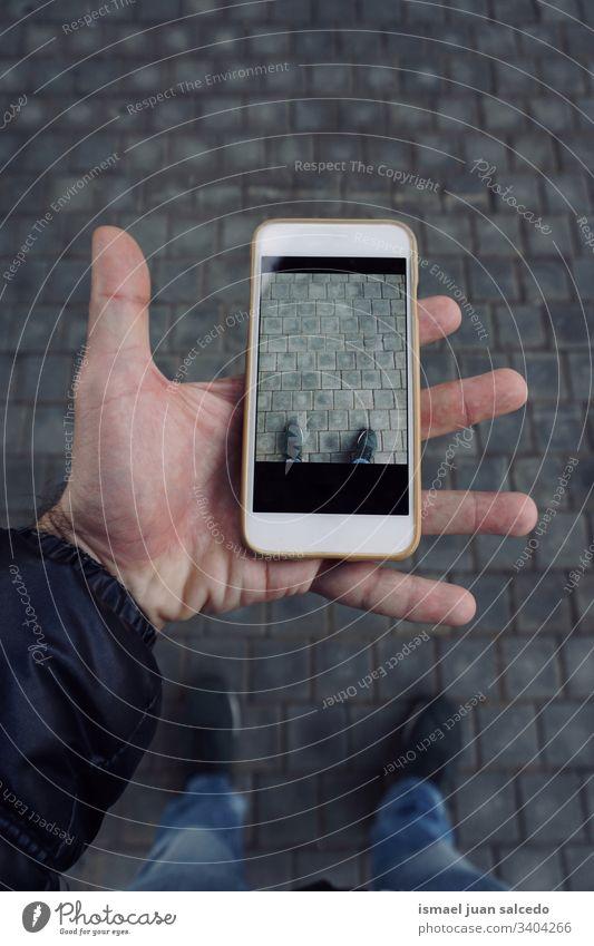 Mann mit einem Smartphone zum Fotografieren, mobilabhängig Person menschlich Hand Telefon weiß Technik & Technologie Mobile Mitteilung Business Bildschirm Zelle