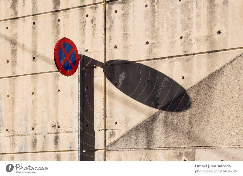keine Parkampel auf der Straße in der Stadt Bilbao Spanien Ampel Verkehrsgebot signalisieren rot blau parken verboten Ermahnung Großstadt Verkehrsschild Zeichen