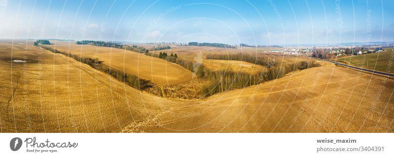 Panorama eines leeren gepflügten Feldes im frühen Frühjahr. Beginn der Gartensaison, Luftaufnahme Antenne Frühling Ackerbau kultiviert Szene ländlich
