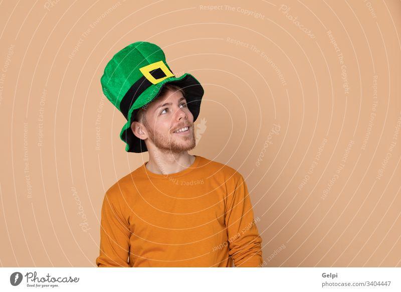 Attraktiver junger Mann Typ gelb Glück Erwachsener grün patrick nachdenklich besinnlich Denken sich[Dat] einbilden Vorstellungskraft Idee Lösung Zweifel
