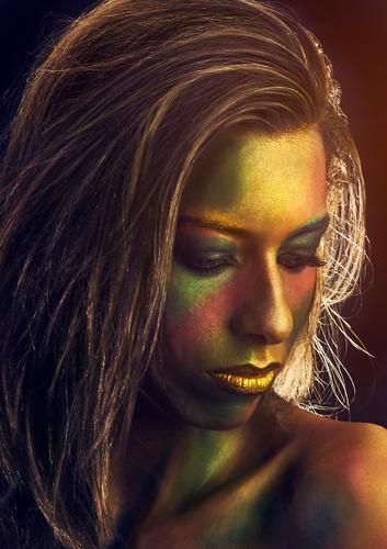 Porträt einer Frau, gemalt in Gold Midas gold Karneval Halloween Behaarung vertikal Kopie Raum Mädchen Europäer Kaukasier Menschen Person Gesicht