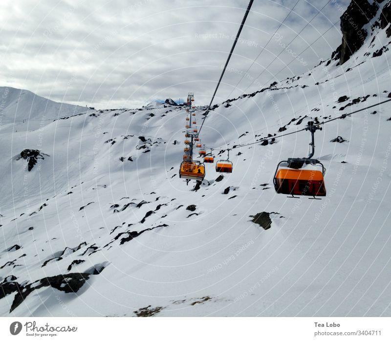 Skilift auf den Gipfel Skifahren Skigebiet Schnee Gondellift Alpen Winter Winterurlaub Außenaufnahme Berge u. Gebirge Skipiste Himmel Österreich kalt