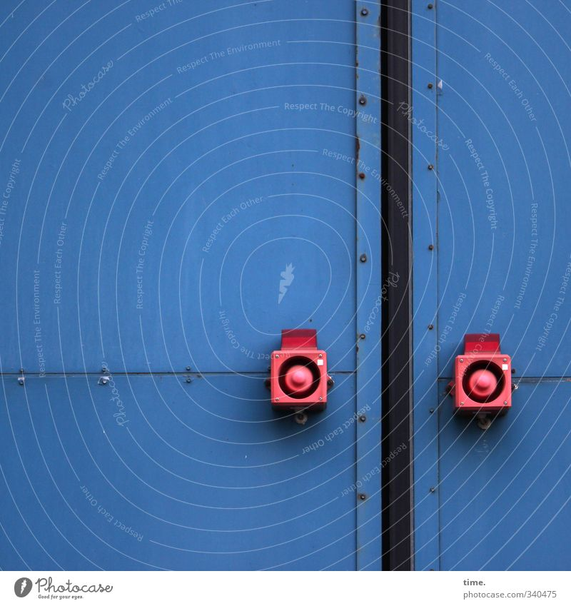 total blau | met rode knöbbe Industrieanlage Fabrik Mauer Wand Tür werkstor Schalter Metall rot Design elegant Genauigkeit Kontrolle Macht Ordnung Präzision