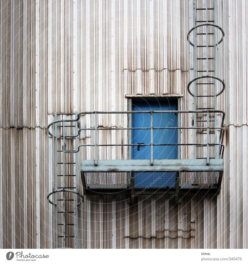 Das wär doch nicht nötig gewesen ...   Umweg Stadt Wand Wege & Pfade Mauer Gebäude Metall Fassade Tür Treppe Ordnung Design bedrohlich Wandel & Veränderung Sicherheit Kreativität Schutz
