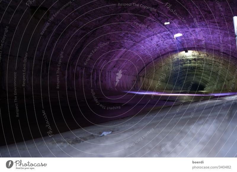 cHanel No. 5 Tunnel Kanal dunkel historisch Stadt Stimmung Röhren Kanalisation Farbfoto Innenaufnahme Textfreiraum unten Kunstlicht Lichterscheinung