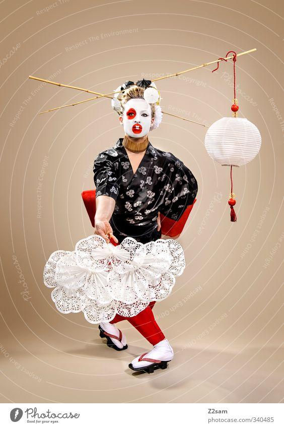 geisha Lifestyle elegant Stil feminin Junge Frau Jugendliche 18-30 Jahre Erwachsene Skulptur Mode Kimono Fächer Haare & Frisuren blond exotisch schön rot Kraft