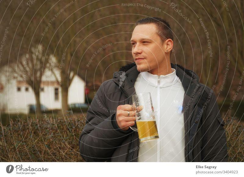 Junger Mann im Stehbiergarten Mensch Jugendliche Außenaufnahme Ein junger erwachsener Mann 18-30 Jahre