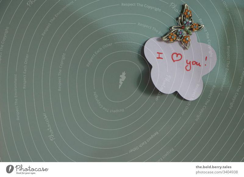 I love you Liebesbekundung liebesbekenntnis Liebesbeweis Liebesschwur i love you Pinwand post-it Post-it-Zettel Schmetterling Gefühle Farbfoto Schriftzeichen
