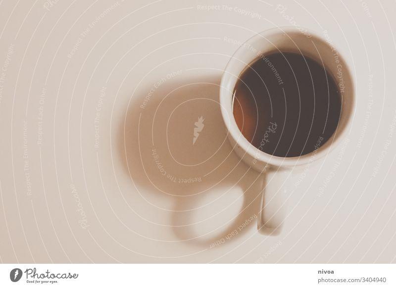 Tasse Tee auf weissem Tisch Schatten Henkel Getränk Heißgetränk Farbfoto Nahaufnahme Kaffee Studioaufnahme Innenaufnahme Design Stil Häusliches Leben