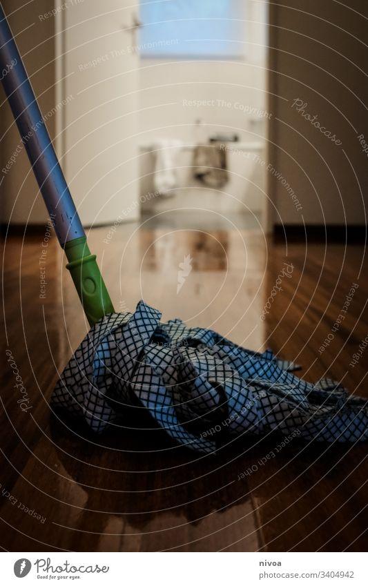 Boden wischen feudelzwang putzen Spiegelung Haushalt Wischmopp Laminat putzfrau Bodenbelag Holz Parkett Holzfußboden Renovieren Raum Häusliches Leben Wohnung