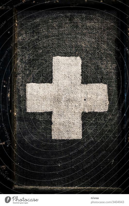 weisses kreuz auf schwarz Kreuz weiß Christliches Kreuz Menschenleer Textfreiraum oben Gedeckte Farben Christentum Textfreiraum unten Jesus Christus