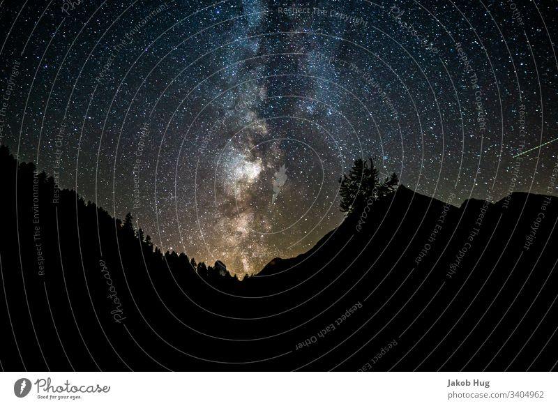 Milchstraße am Schweizer Nachthimmel in den Alpen Milchstrasse Sternenhimmel Sternenzelt sternenklar Himmel Galaxie universum Weltall Berge u. Gebirge