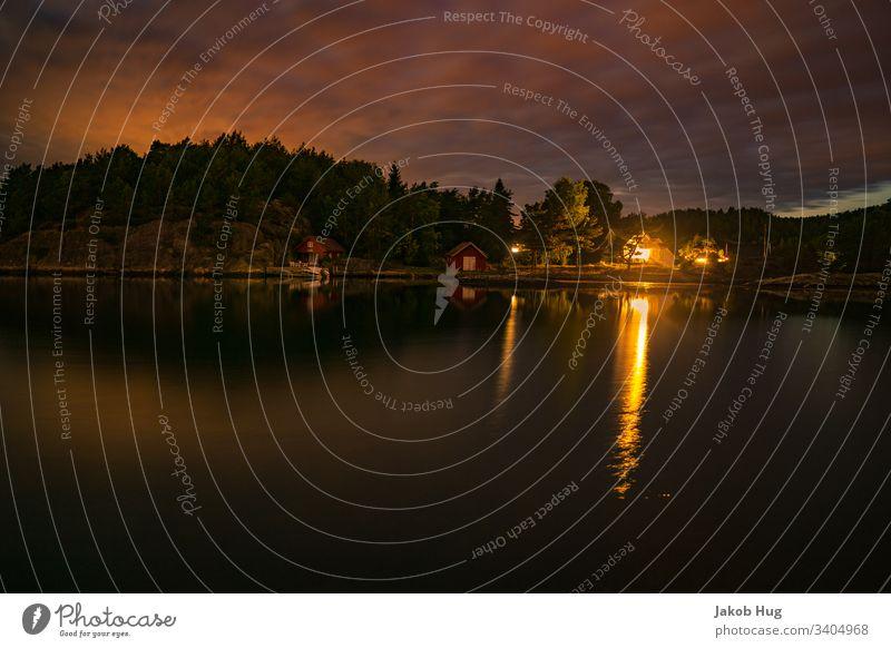 Abendrot an einem See in Norwegen mit schöner Wasserspiegelung Natur Spiegelung Spiegelung im Wasser Himmel Landschaft Fluss Sonnenaufgang Sonnenuntergang Stadt