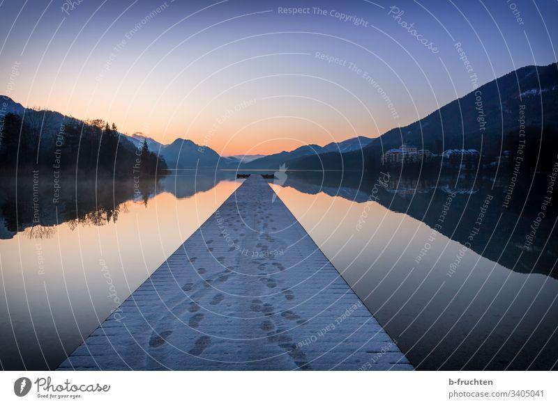 Morgendämmerung am See Ruhe Steg Holzsteg Meditation Spiegelung Fuschlsee Salzkammergut Sonnenaufgang Spuren Winter Schnee einsamkeit Landschaft Außenaufnahme