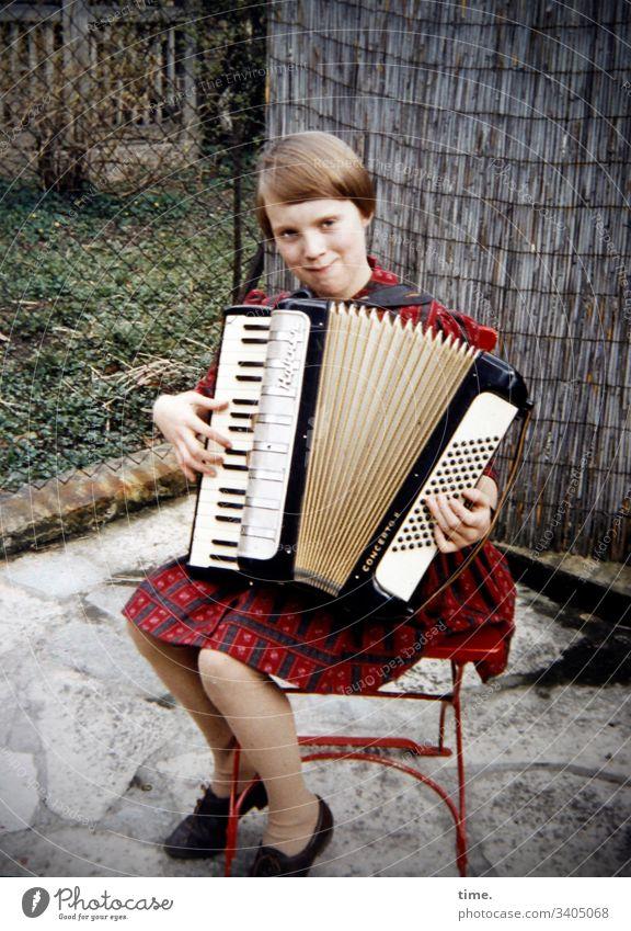 Stimmungsaufhellerin   Akkordeon-Ensemble, Mitte akkordeon musik sitzen stuhl halten unterhaltung terrasse garten kleid lächeln stimmung weiblich mädchen blond