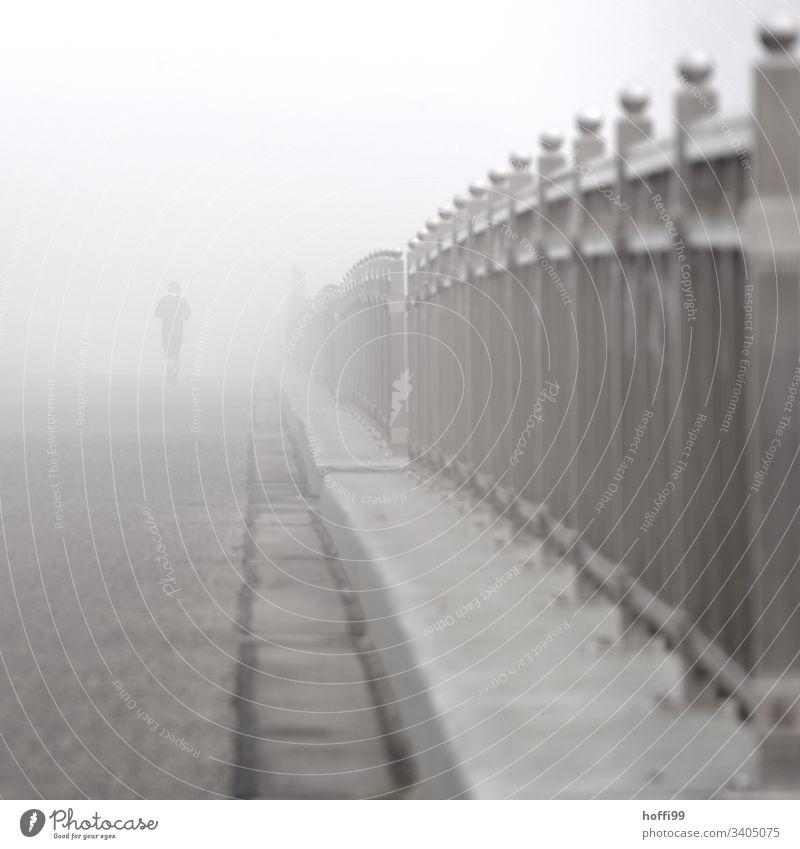Brücken-Nebel und Jogger Sportler Joggen Jugendliche Geländer laufen Fitness Silhouette Schatten Licht Morgendämmerung Außenaufnahme Gesundheit Freiheit hell
