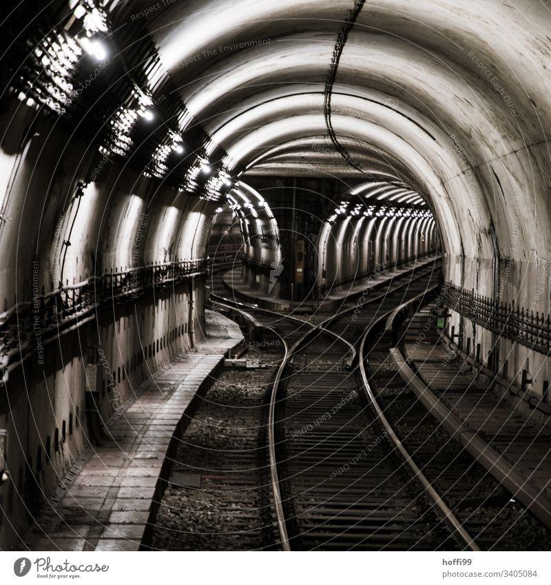 unterirdische Schienen mit Weiche schemenhaft experimentelle Exposition blau Personenverkehr Personenzug Bahnhof S-Bahn warten Wartezone Architektur
