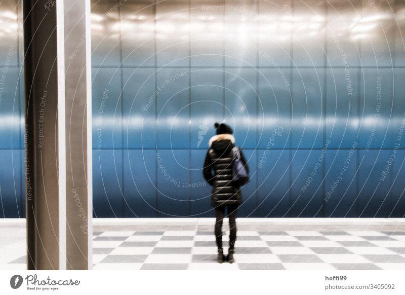 verschwommener wartender Fahrgast experimentelle Exposition unterirdisch U-Bahn blau Personenverkehr Personenzug Bahnhof S-Bahn wartezone Blauer Hintergrund