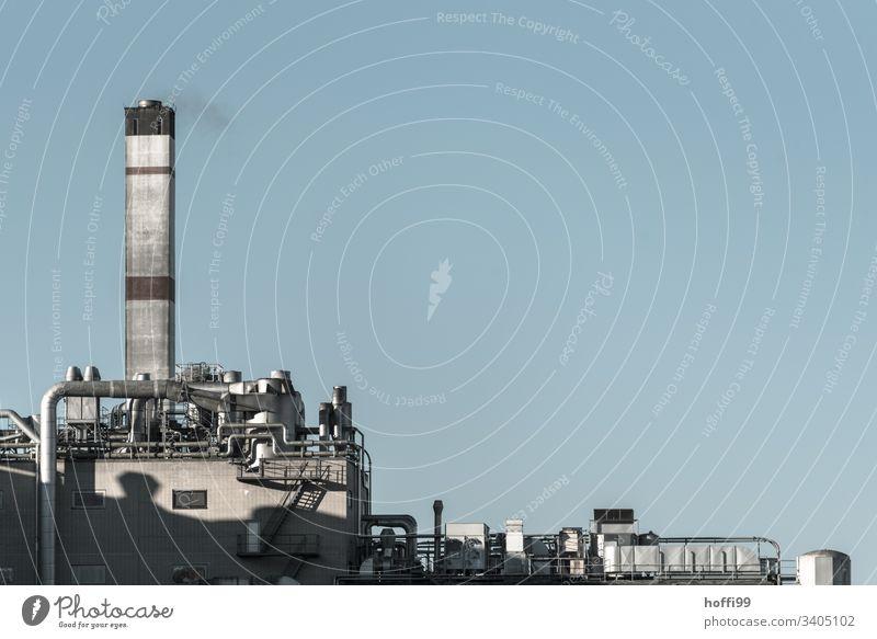 Industrieanlage im Morgenlicht Umweltverschmutzung Schornstein Abluft Emmission Rohranlage Abluftklappe Abluftöffnung Abluftrohre Abluftschacht Rohrleitung