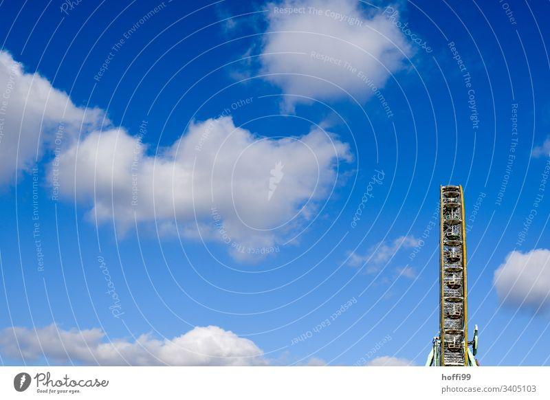 Riesenrad mit Wolken und blauem Himmel Rad Feiertag Stadtfest kreisen Karussell Konstruktion Karneval Blauer Himmel Vergnügungspark Vergnügen Aktion Park
