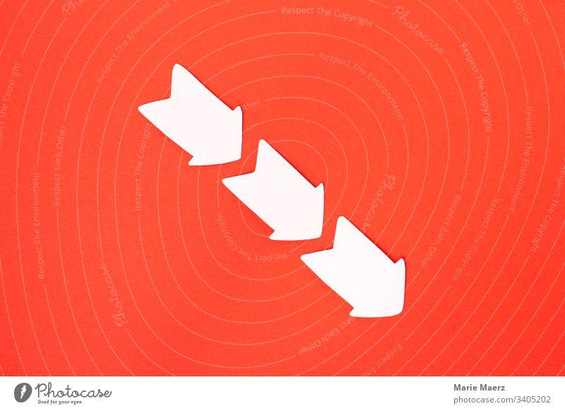 Steil bergab - Drei Pfeile aus Papier zeigen gerade nach unten eine Abwärtsentwicklung abwärts negativ Rückgang Verlust Kursverlust Negativtrend Entwicklung