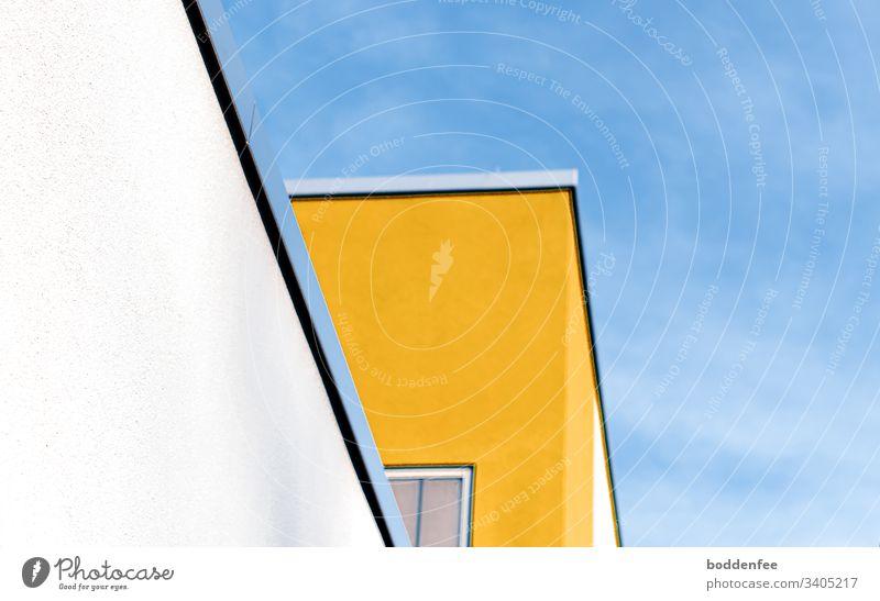 Gebäude aus der Froschperspektive Farbflächen blau gelb weiß minimalistisch Textfreiraum oben menschenleer Farbfoto