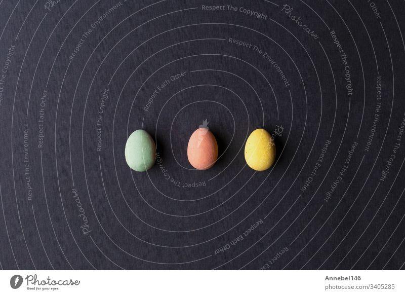 bemalte Ostereier in verschiedenen Farben auf schwarzem Hintergrund Ostern Ei Feiertag Design Dekoration & Verzierung Frühling Eier Lebensmittel April gelb blau
