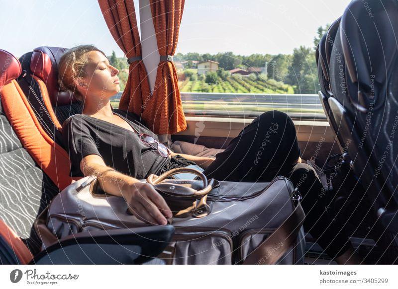 Porträt einer müden Frau, die im Bus schläft. Passagier schlafen Mittagsschlaf Pendler Arbeitsweg Mädchen Transport im Inneren Reise Menschen Tasche Person