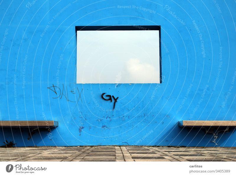 Eckiges Loch in blauer Wand Blau Öffnung Durchsicht Durchblick Sitzbänke Menschenleer Fenster Mauer