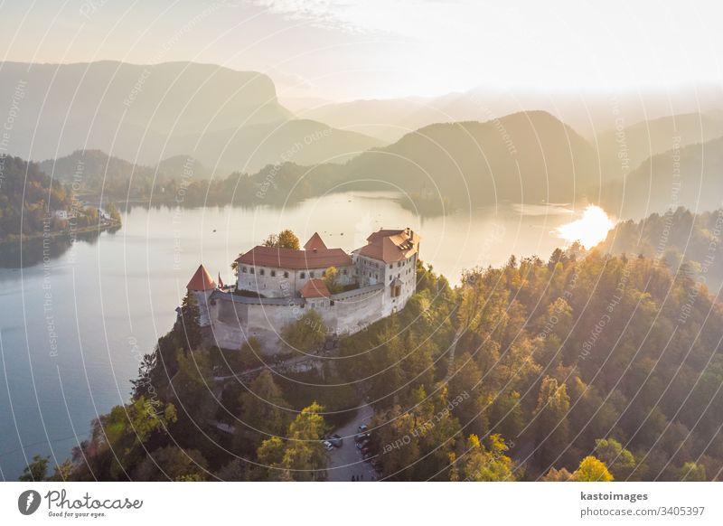Mittelalterliche Burg am Bleder See in Slowenien im Herbst. geblutet Burg oder Schloss Wahrzeichen Landschaft Europa reisen Alpen Natur slowenisch Hügel