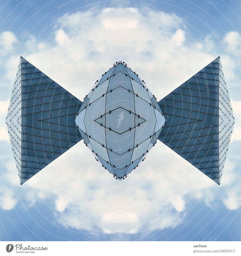 Fledermaus aus Glas Kugel Pyramide Composing Glasplatten Fassada blau grau Himmel Wolken Bildbearbeitung Architektur Gebäude Spiegel