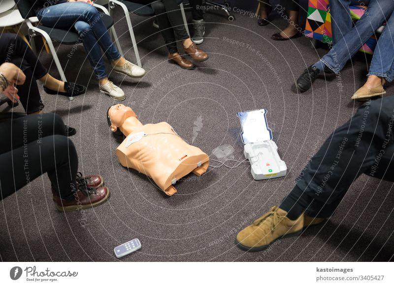 HLW-Kurs unter Verwendung eines automatischen externen Defibrillators (AED). Widerbelebung Unterstützung erste medizinisch Truhe Puppe Bildung Notfall