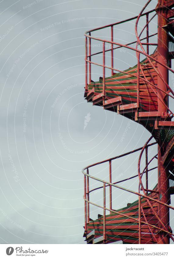 Feuerrote spiralförmige Treppe verbindet ganz unten mit ganz oben Himmel Wendeltreppe Treppengeländer Metall Spirale lang modern Sicherheit Notfall Niveau