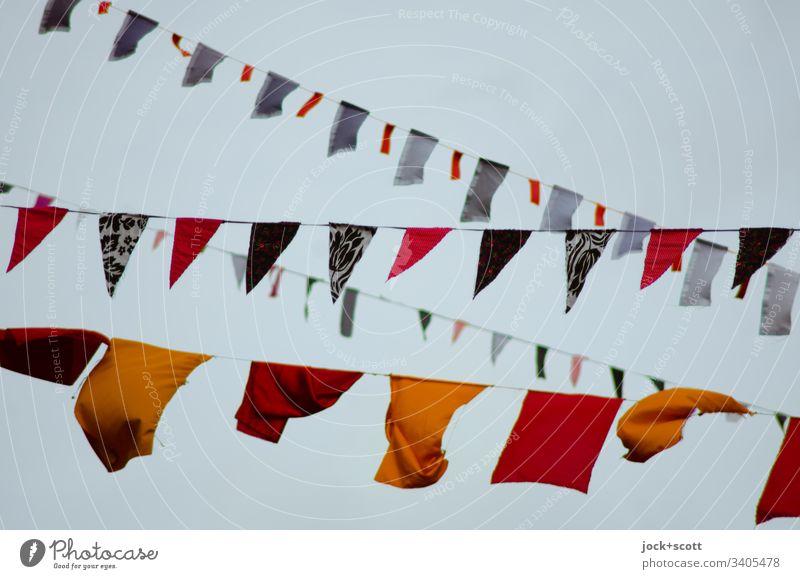 Seilschaft mit Formen aus Stoff im Wind Straßenkunst Wolkenloser Himmel Prenzlauer Berg Dekoration & Verzierung Sammlung hängen viele Kreativität Leichtigkeit