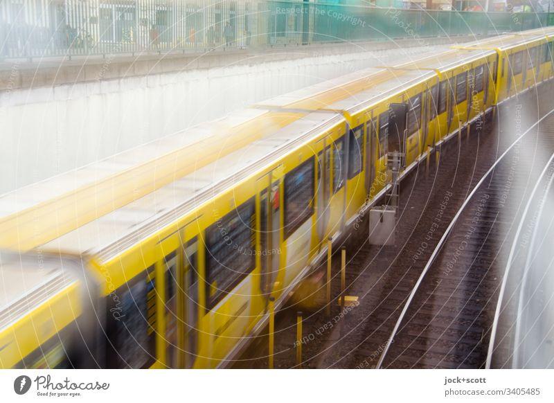 U–Bahn fährt in einem Zug in den Untergrund Mobilität Geschwindigkeit gelb fahren lang U-Bahn Öffentlicher Personennahverkehr Verkehrsmittel Bewegungsunschärfe